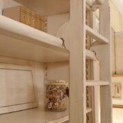 Libreria con scala in legno di ciliegio laccata a mano, 4 ante e ripiani regolabili. Scala 1. Arredamento classico contemporaneo Firenze.