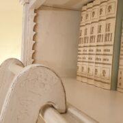 Libreria con scala in legno di ciliegio laccata a mano, 4 ante e ripiani regolabili. Scala 2. Arredamento classico contemporaneo Firenze.