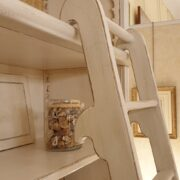 Libreria con scala in legno di ciliegio laccata a mano, 4 ante e ripiani regolabili. Scala. Arredamento classico contemporaneo Firenze.