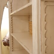 Libreria con scala in legno di ciliegio laccata a mano, 4 ante e ripiani regolabili. Scalette di legno interne. Arredamento classico contemporaneo Firenze.