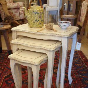 Tris di tavolini '700 laccati a mano in bianco e foglia argento. Arredamento classico contemporaneo Siena e Firenze