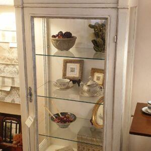 Vetrina direttorio in legno di ciliegio laccata a mano in bianco e foglia argento. Arredamento classico contemporaneo Siena e Firenze