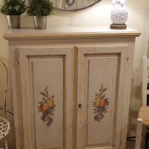 Credenza in legno di tiglio a due porte laccata a mano con decori di frutta. Arredamento classico Siena e Firenze