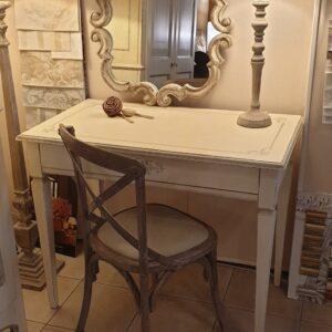 Scrittoio laccato a mano avorio con un cassetto e decori grigi. Arredamento classico contemporaneo su misura Siena e Firenze.