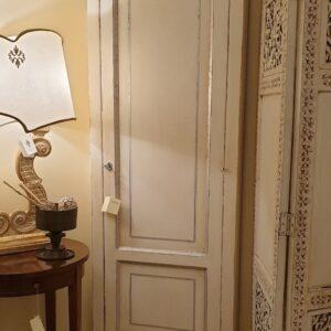Angoliera laccata avorio con filettatura argento in legno di tiglio. Arredamento classico contemporaneo Siena e Firenze.