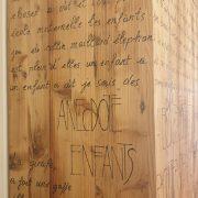 Armadio-stipo-credenza-dispensa in legno di larice vecchio a due ante con scritte, particolare del fianco. Arredamento classico contemporaneo Siena e Firenze.jpg.jpeg