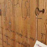 Armadio-stipo-credenza-dispensa in legno di larice vecchio a due ante con scritte, particolare legno antico. Arredamento classico contemporaneo Siena e Firenze.jpg.jpeg