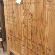 Armadio-stipo-credenza-dispensa in legno di larice vecchio a due ante con scritte, particolare parte bassa. Arredamento classico contemporaneo Siena e Firenze.jpg.jpeg