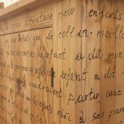 Armadio-stipo-credenza-dispensa in legno di larice vecchio a due ante con scritte, particolare. Arredamento classico contemporaneo Siena e Firenze.jpg.jpeg
