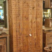 Armadio-stipo-credenza-dispensa in legno di larice vecchio a due ante con scritte. Arredamento classico contemporaneo Siena e Firenze.jpg