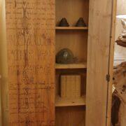 Armadio-stipo-credenza-dispensa in legno di larice vecchio a due ante. Anta aperta. Arredamento classico contemporaneo Siena e Firenze