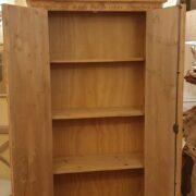 Armadio-stipo-credenza-dispensa in legno di larice vecchio a due ante. Aperto. Arredamento classico contemporaneo Siena e Firenze
