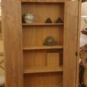 Armadio-stipo-credenza-dispensa in legno di larice vecchio a due ante. Interno. Arredamento classico contemporaneo Siena e Firenze