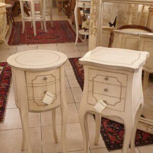 Coppia di comodini laccati a mano in legno di pioppo con cassetti color avorio. 2 Arredamento country Siena e Firenze