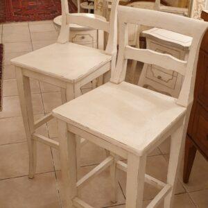 Coppia di sgabelli con schienale in legno di faggio laccati avorio. Arredamento country Siena e Firenze.
