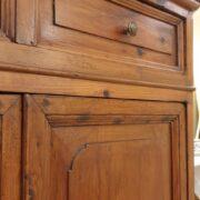 Credenza con alzata a vetrina in cipresso fine Ottocento. Fronte cassetti e ante. Mobili antichi Siena e Firenze.