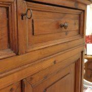 Credenza con alzata a vetrina in cipresso fine Ottocento. La chiusura. Mobili antichi Siena e Firenze.