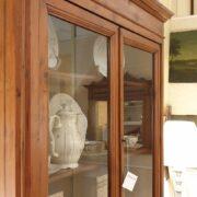 Credenza con alzata a vetrina in cipresso fine Ottocento. La vetrina. Mobili antichi Siena e Firenze.