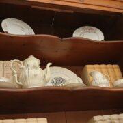 Credenza con alzata a vetrina in cipresso fine Ottocento. L'interno. Mobili antichi Siena e Firenze.