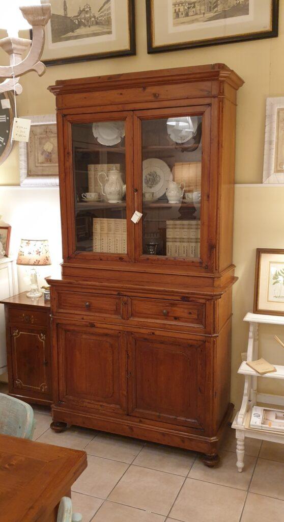 Credenza con alzata a vetrina in cipresso fine Ottocento. Mobili antichi Siena e Firenze.