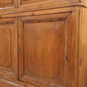 Credenza con alzata a vetrina in cipresso fine Ottocento. Particolare delle ante inferiori. Mobili antichi Siena e Firenze.