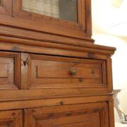 Credenza con alzata a vetrina in cipresso fine Ottocento. Vista frontale. Mobili antichi Siena e Firenze.