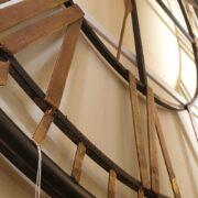 Orologio in ferro anticato con lancette e numeri romani in foglia oro. Particolare lancetta. Arredamento classico contemporaneo Siena e Firenze