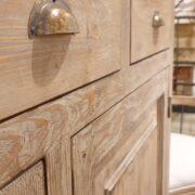 Credenza in larice spazzolato anticato deckapè. Particolare maniglia cassetto. Arredamento classico contemporaneo Siena e Firenze.