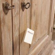 Credenza in larice spazzolato anticato deckapè. Particolare serrature sportelli. Arredamento classico contemporaneo Siena e Firenze.