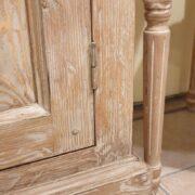 Credenza in larice spazzolato anticato deckapè. Particolare zoccolo. Arredamento classico contemporaneo Siena e Firenze.