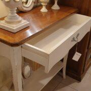 Consolle bicolore (versione noce- bianca) in legno di noce con piano intarsiato. Aperto. Arredamento classico contemporaneo Siena e Firenze.