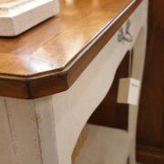 Consolle bicolore (versione noce- bianca) in legno di noce con piano intarsiato. Di fianco. Arredamento classico contemporaneo Siena e Firenze.