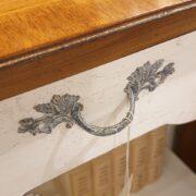 Consolle bicolore (versione noce- bianca) in legno di noce con piano intarsiato. Il cassetto e il piano. Arredamento classico contemporaneo Siena e Firenze.