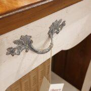 Consolle bicolore (versione noce- bianca) in legno di noce con piano intarsiato. Il cassetto. Arredamento classico contemporaneo Siena e Firenze.