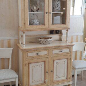 Credenza con alzata a vetrina laccata a mano a due ante e due cassetti. Arredamento classico contemporaneo Siena e Firenze