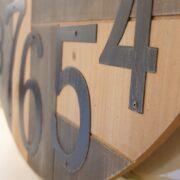 Orologio Industrial in legno di abete con numeri arabi. Particolare inferiore. Mobili country Siena e Firenze
