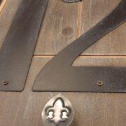 Orologio Industrial in legno di abete con numeri arabi. Particolare superiore Mobili country Siena e Firenze
