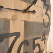 Orologio Industrial in legno di abete con numeri arabi..Particolare centraleMobili country Siena e Firenze