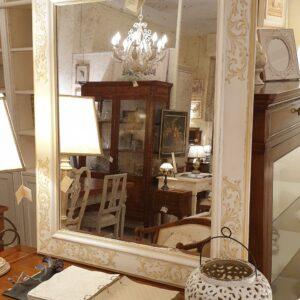 Specchiera rettangolare laccata a mano in colore avorio e decori ocra. Arredamento classico contemporaneo su misura Siena e Firenze