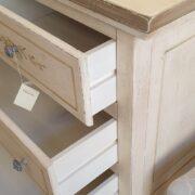Cassettone in legno di tiglio a quattro cassetti 2+2 laccato a mano. Interno cassetti. Arredamento classico contemporaneo Siena e Firenze