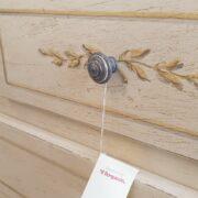 Cassettone in legno di tiglio a quattro cassetti 2+2 laccato a mano. Particolare decoro cassetto. Arredamento classico contemporaneo Siena e Firenze