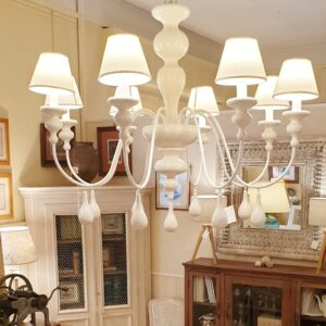 Lampadario a otto luci in legno tornito e ferro laccato bianco. Arredamento classico contemporaneo Siena e Firenze