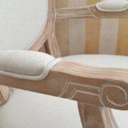 Poltrona capotavola imbottita in finitura decapè. Particolare bracciolo. Arredamento classico contemporaneo Siena e Firenze
