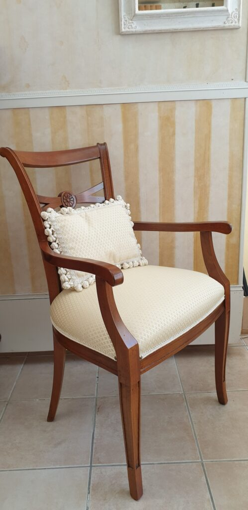 Poltrona capotavola in legno di noce con seduta imbottita. Arredamento classico contemporaneo Siena e Firenze