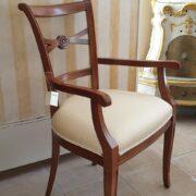 Poltrona capotavola in legno di noce con seduta imbottita. Laterale. Arredamento classico contemporaneo Siena e Firenze