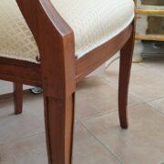 Poltrona capotavola in legno di noce con seduta imbottita. Particolare bracciolo. Arredamento classico contemporaneo Siena e Firenze