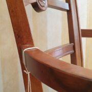 Poltrona capotavola in legno di noce con seduta imbottita. Particolare decoro centrale. Arredamento classico contemporaneo Siena e Firenze