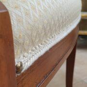 Poltrona capotavola in legno di noce con seduta imbottita. Particolare seduta imbottita. Arredamento classico contemporaneo Siena e Firenze