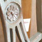 Sedia Luigi XVI laccata a mano in grigio chiaro anticato con foglia argento. Particolare spalliera. Arredamento classico contemporaneo Siena e Firenze