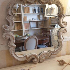 Specchiera in legno di larice antico intagliato decapè. Arredamento classico contemporaneo Siena e Firenze